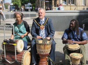 Mayor joins the drummers.